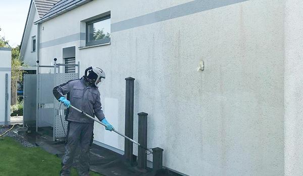 Professionelle Fassadenreinigung Fassilo dreckige Fassade